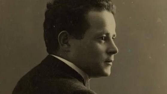 http://www.fronteradigital.com.ve/Fue asesinado junto a su hijo en la cámara de gas de Auschwitz  pero antes enterró tres botellas con el relato del horror