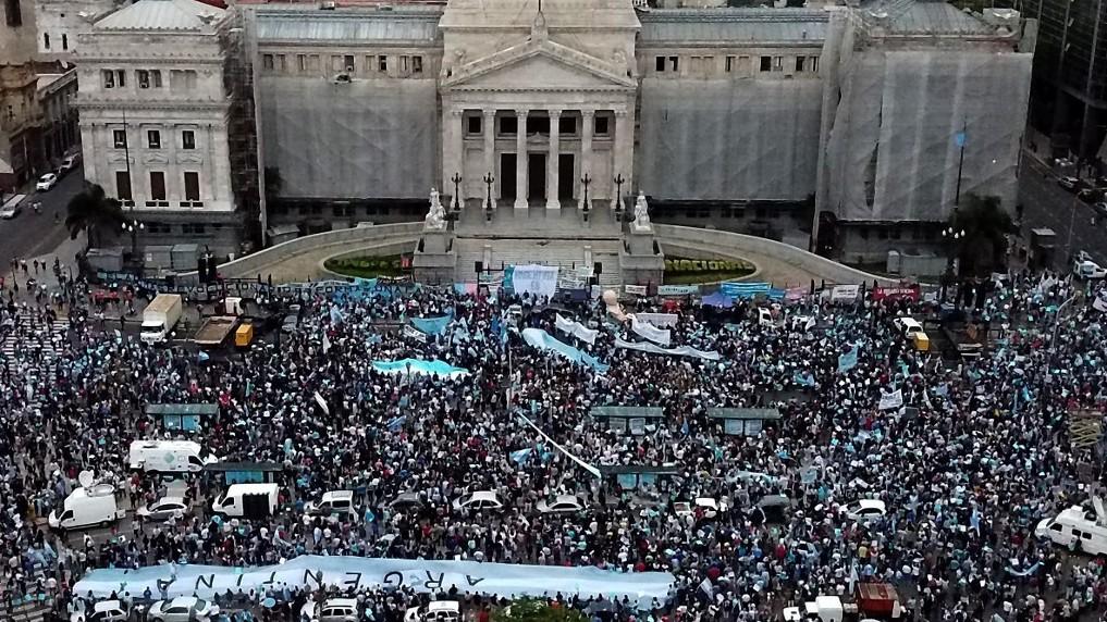 http://www.fronteradigital.com.ve/Protestan en Argentina contra  un proyecto de legalización del aborto