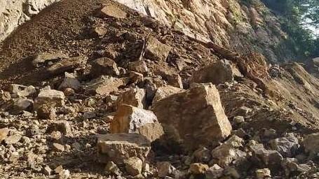 http://www.fronteradigital.com.ve/POR 72 HORAS CONTINUARÁ CERRADO EL PASO  EN LA ROCA DE ZEA POR DESLAVES