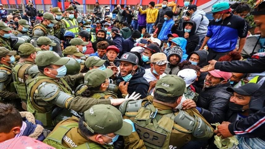 http://www.fronteradigital.com.ve/Masivo desalojo policial de inmigrantes  en una plaza del norte de Chile